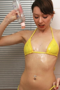 Babyoil In The Shower - Picture 2