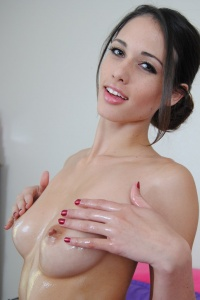 Pornstar Tiffany Thompson Covered In Babyoil - Picture 10